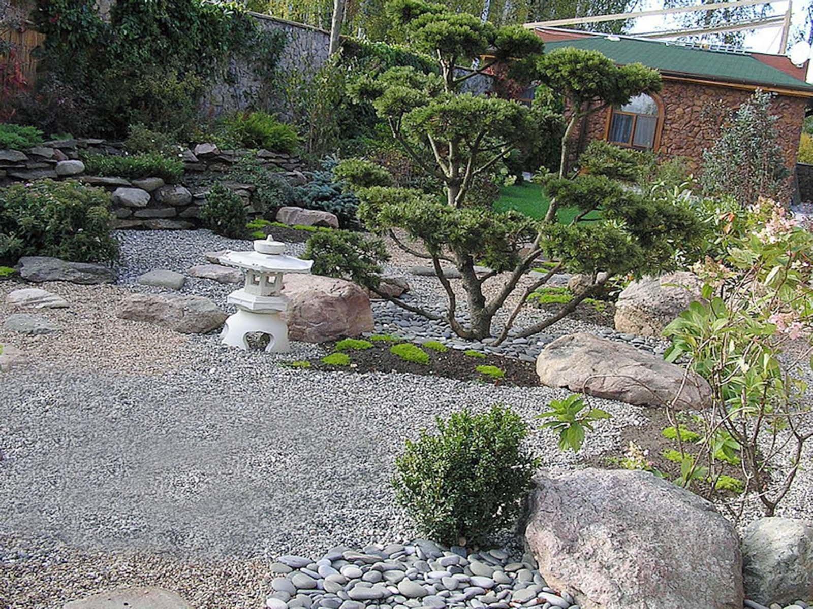 Традиционные каменные светильники в саду камней