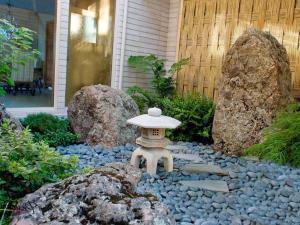 Каменный фонарь в японском саду камней