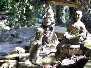 Традиционные японские скульптуры в каменном саду