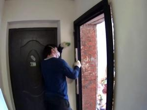 Подгоняем раму к стене. Использование уровня.