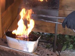 Производим закалку топора викингов в машинном масле