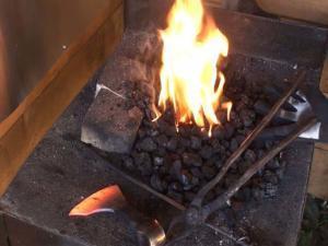 Выполняем закалку острия топора викингов в огне