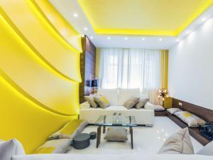 Оформляем комнату и добавляем стену ярко-желтого цвета