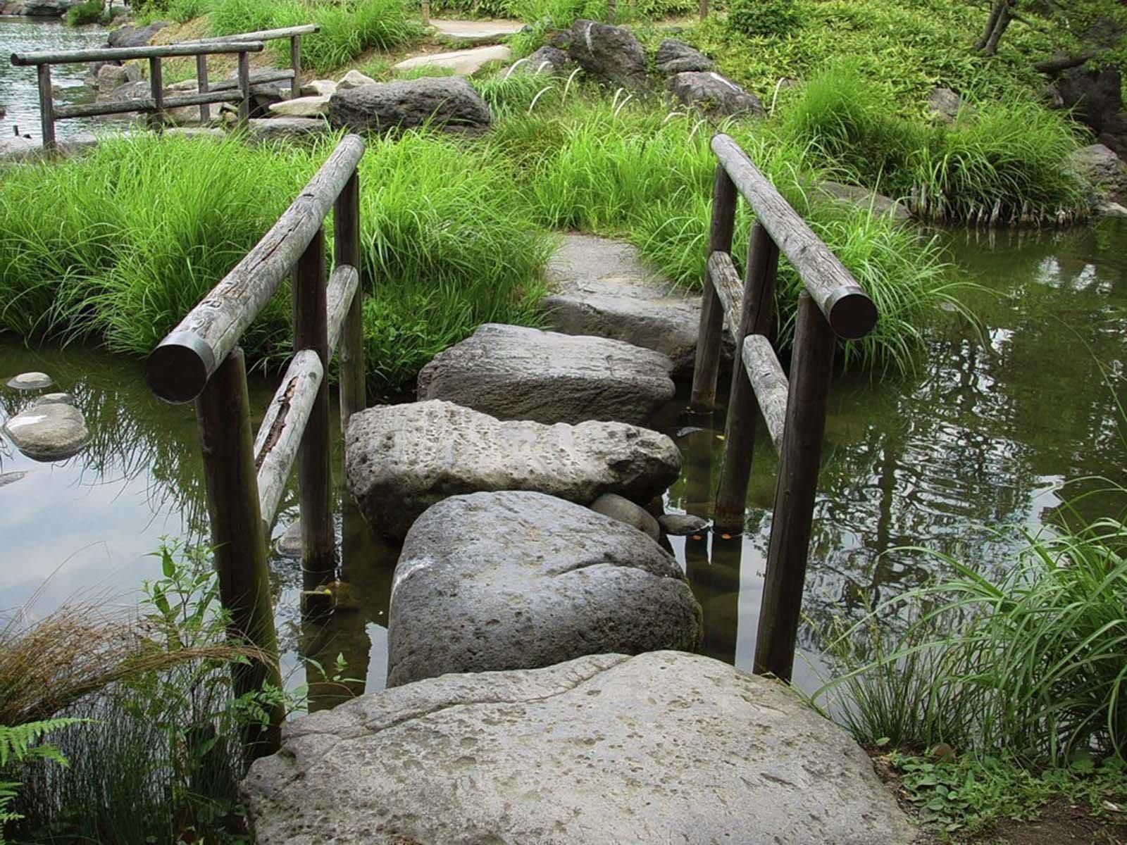 Каменный декоративный мостик