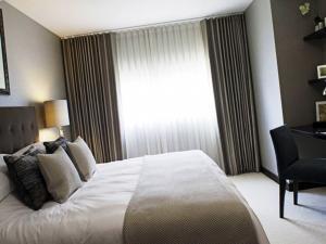 Выбираем потрясающие длинные шторы для спальни