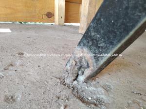 Крепление стола к полу деревянной беседки