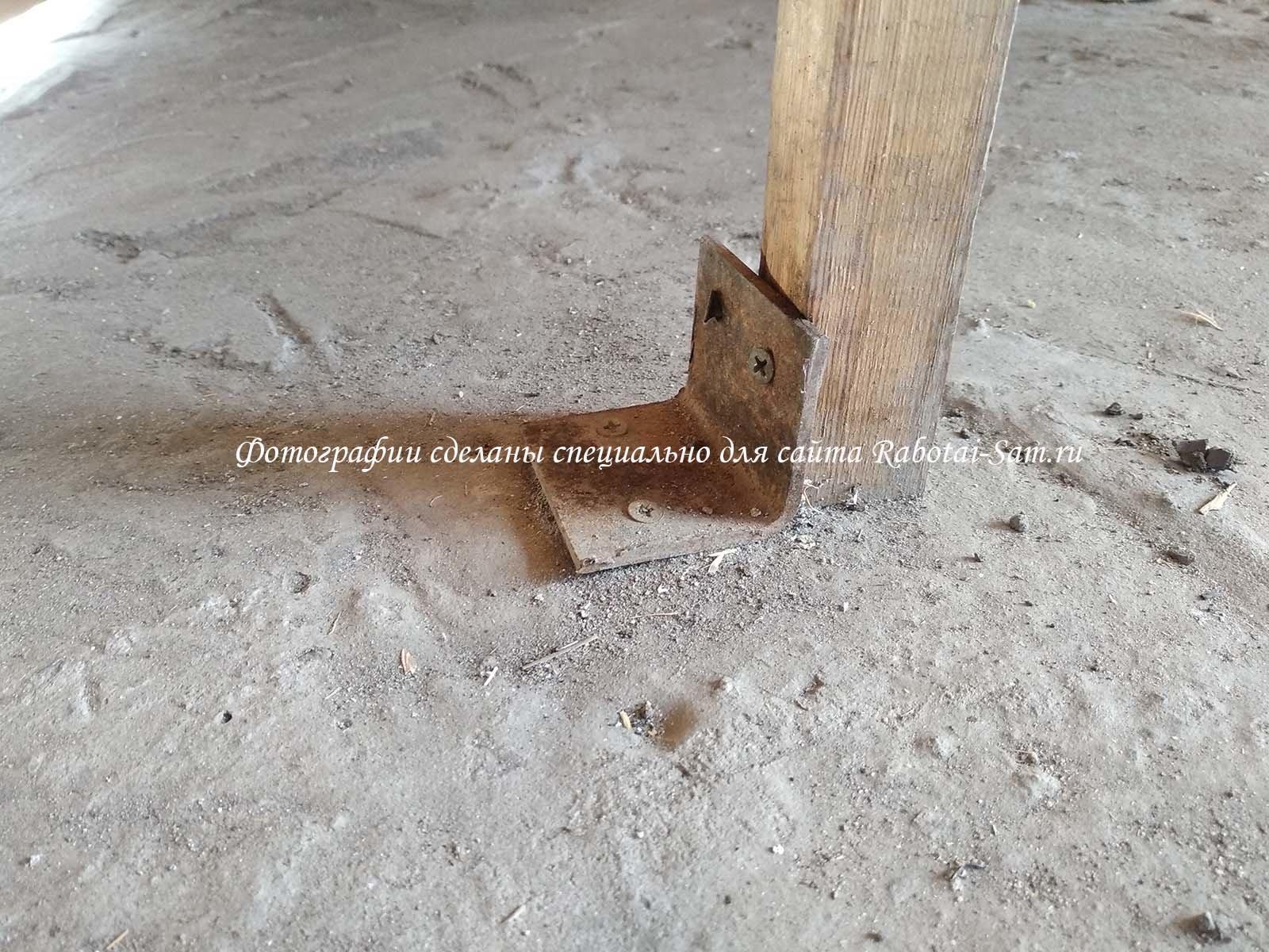 Крепим лавку к полу деревянной беседки