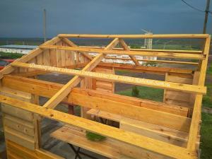 Законченный вид крыши деревянной беседки