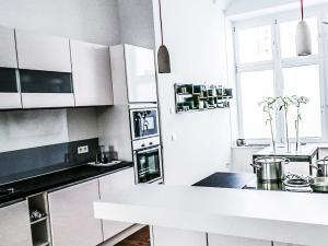Белая кухня в стиле минимализм - тренд 2020 года