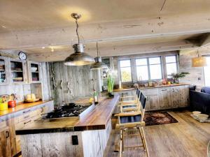Новинка на 2020 год - интерьер кухни в стиле рустик