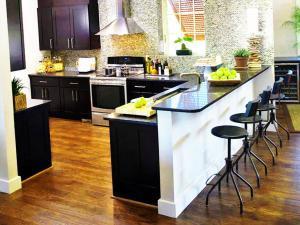 Кухонный остров с барной стойкой - тренд 2020 года
