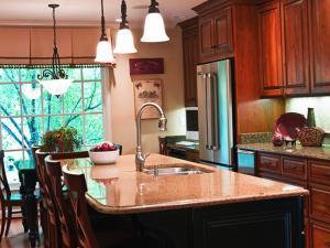Декорирование кухни кухонным островом с раковиной