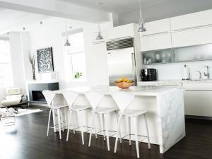 Декорируем кухню островом с эффектом водопада