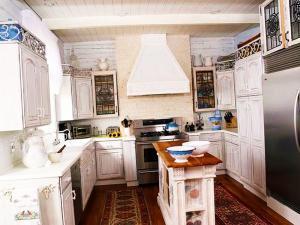 Дизайнерская идея по декору кухни маленьким матовым островом