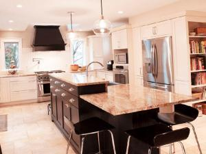 Многоуровневый кухонный остров для выполнения разных работ