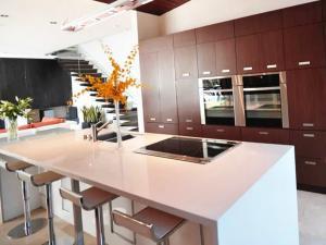 Дизайнерское решение 2020 года - прктичный кухонный остров с раковиной