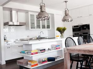 Кухонный остров с открытыми полочками - отличное дизайнерское решение 2020 года
