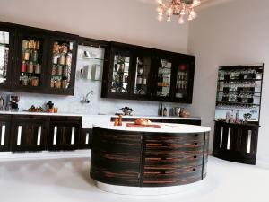 Практичный и стильный кухонный остров овальной формы