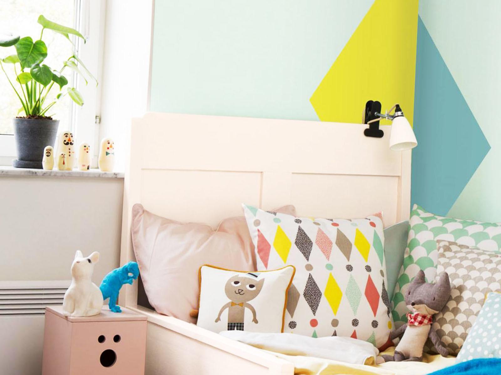 Геометрия и небольшие растения в интерьере детской комнаты