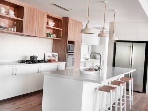 Кухонный остров прямоугольной формы - дизайнерское решение на 2020 год