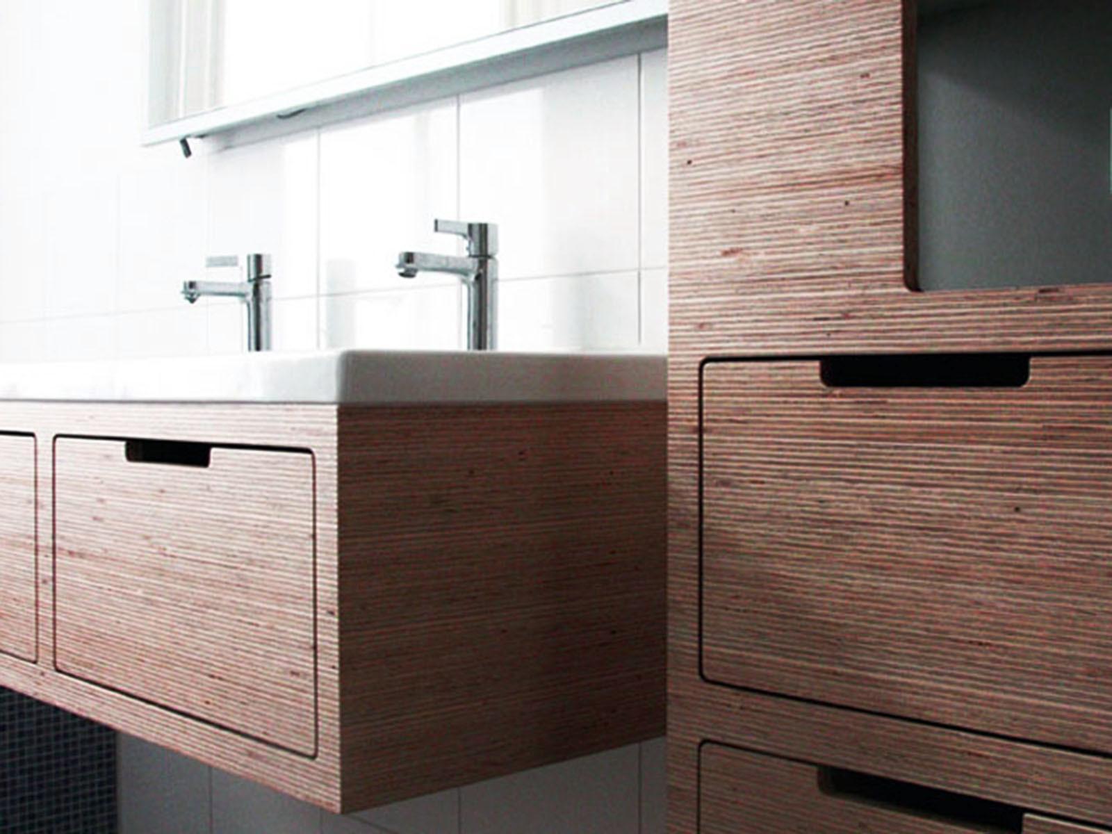 Декор ванной комнаты настенные столиком и шкафом
