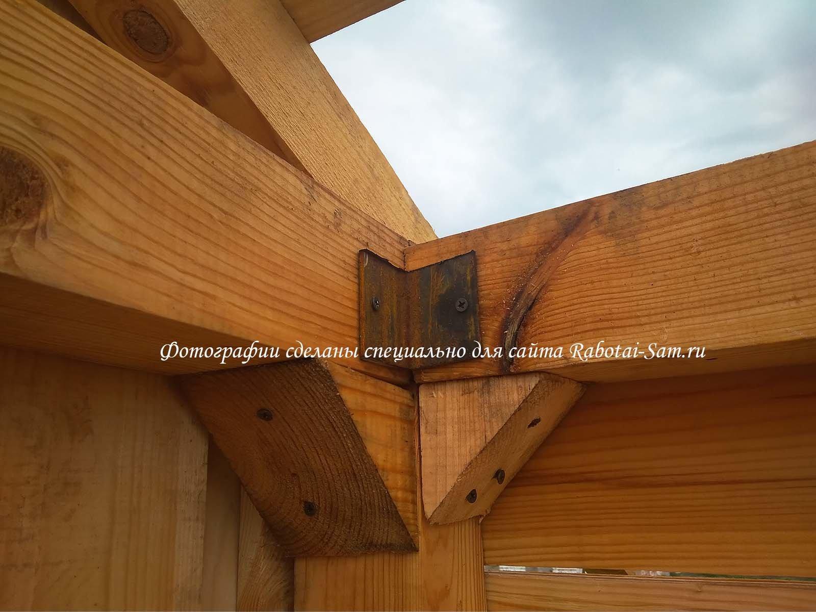 Соединение двух брусов верхней обвязки деревянной беседки