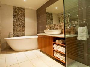 Стеклянная душевая для современной ванной комнаты