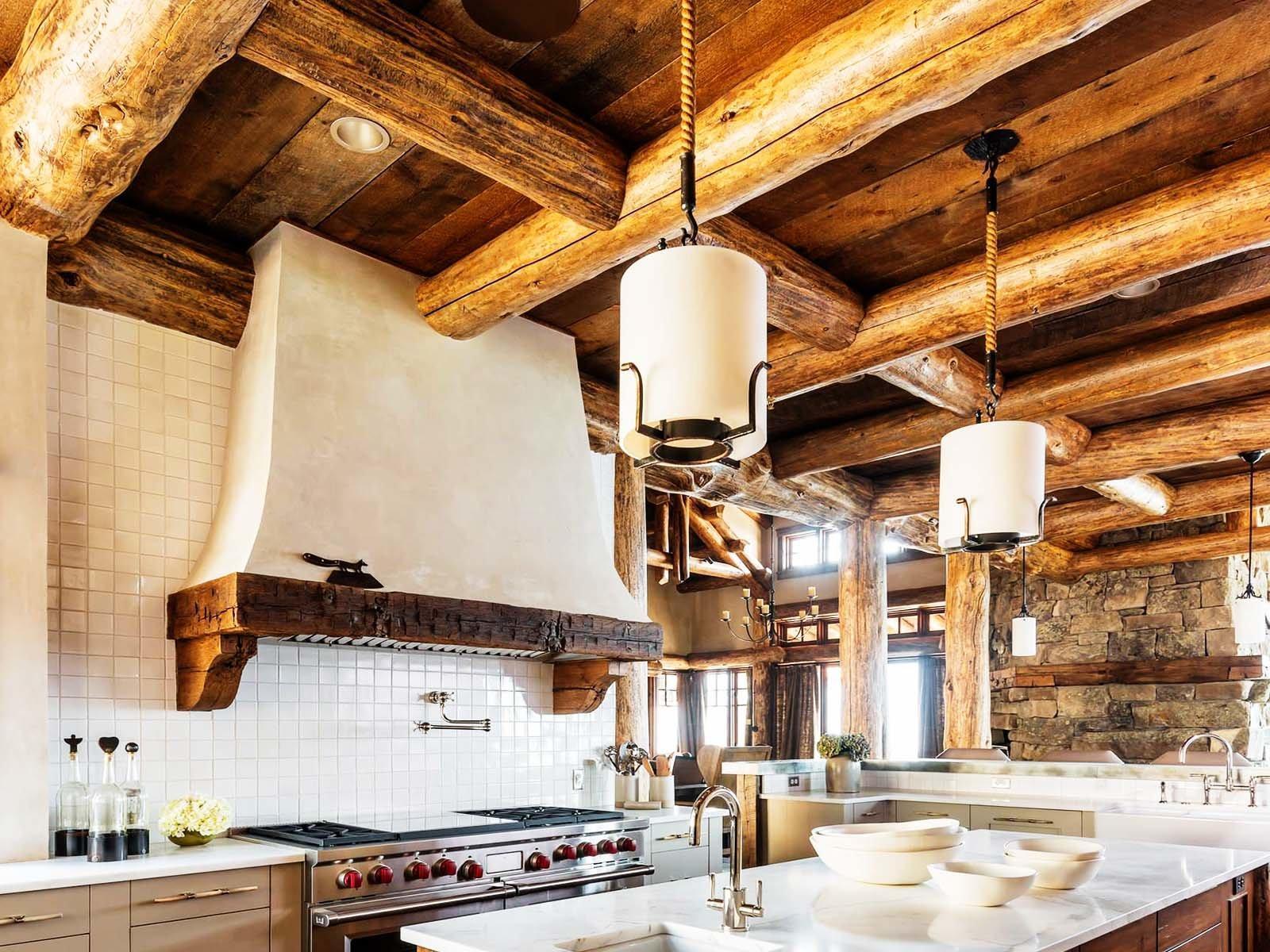 Идея по декору кухни светильниками в стиле рустик