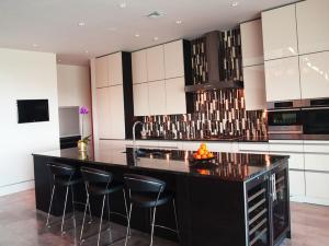 Кухонный остров с винными полочками - дизайнерское решение на 2020 год