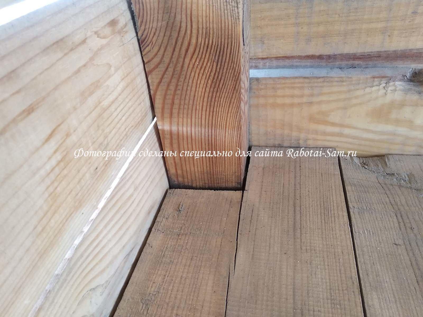 Делаем специальные вырезы в лавочке для деревянной беседки