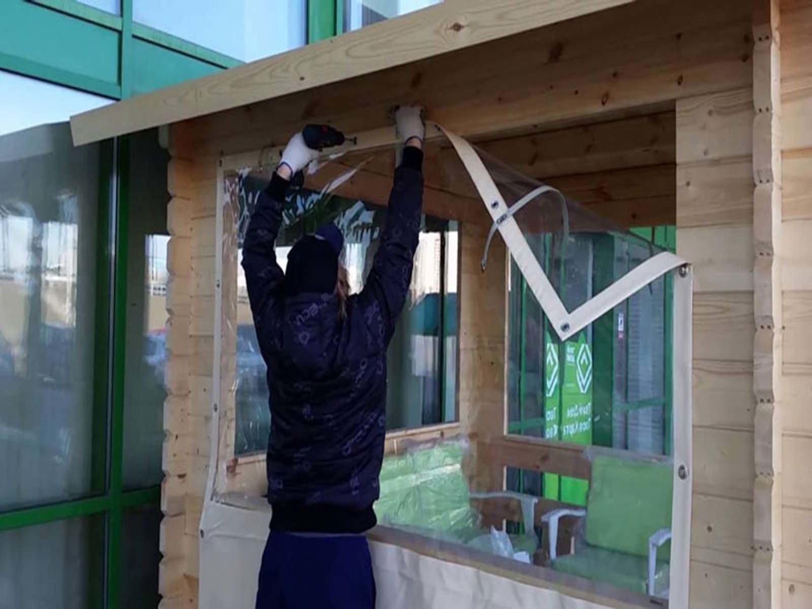 Примеряем мягкое окно на беседке из дерева