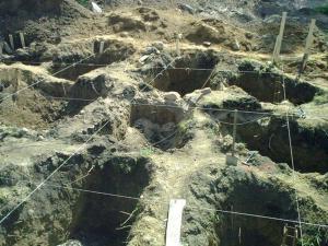 Копаем ямки для изготовления столбчатого фундамента