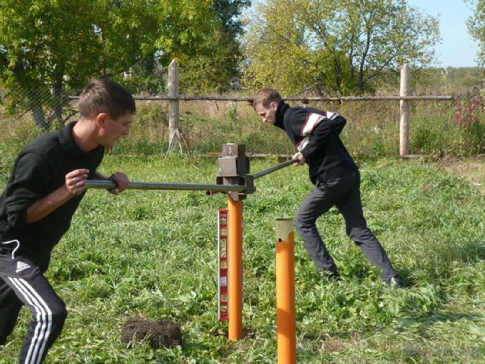 Метод закручивания винтовых свай в землю