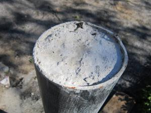 Заполняем раствором бетона винтовую сваю для фундамента веранды