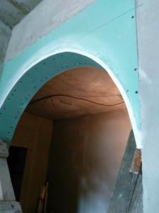 Гипсокартоновая арка в межкомнатном проёме.