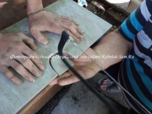 Отбиваем лишний кусочек кафеля ножовкой