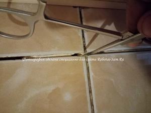 Зачистка шва между кафелем в ванной
