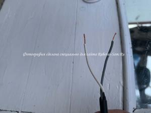 Зачищаем провода подсветки зеркала