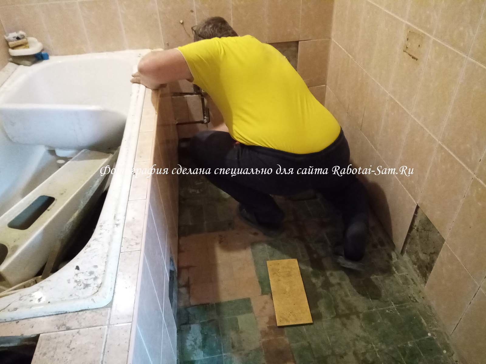 Убираем мусор с пола в ванной своими руками
