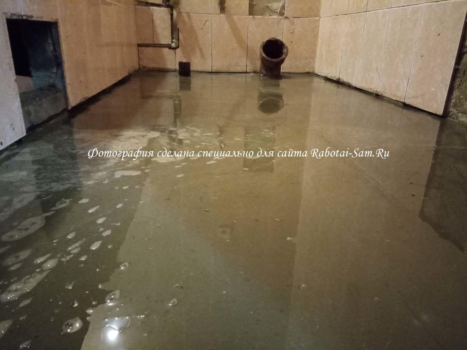 Заливаем чистовой слой жидким бетоном в ванной
