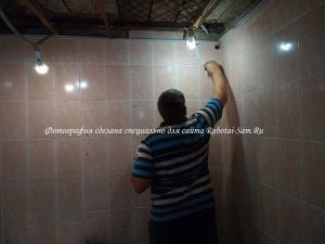 Затирка швов между кафелем на стене