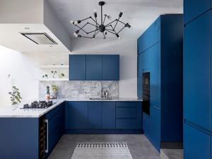 Кухня выполнена в классически синем цвете, тренд 2021 года