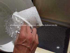 Отмеряем нужное количество шариков для полистиролбетона