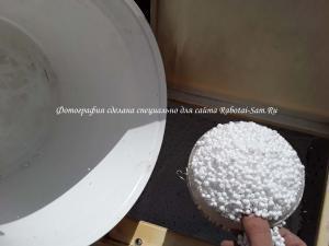 Отмеряем нужное количество пенопласта для полистиролбетона