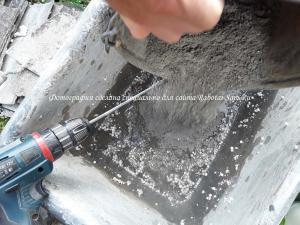 Добавляем цемент в смесь для полистиролбетона