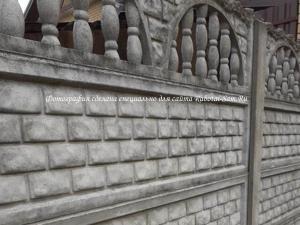 Надежный бетонный секционный забор на даче