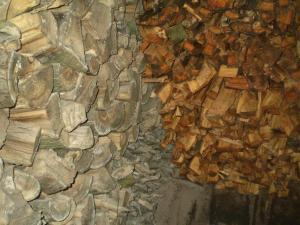 Хранение дров в сухом сарае на участке