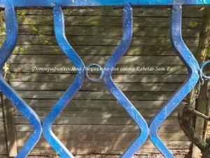 Забор из металлических труб квадратного сечения