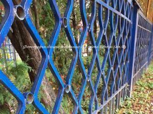 Простой металлический забор из профильной трубы