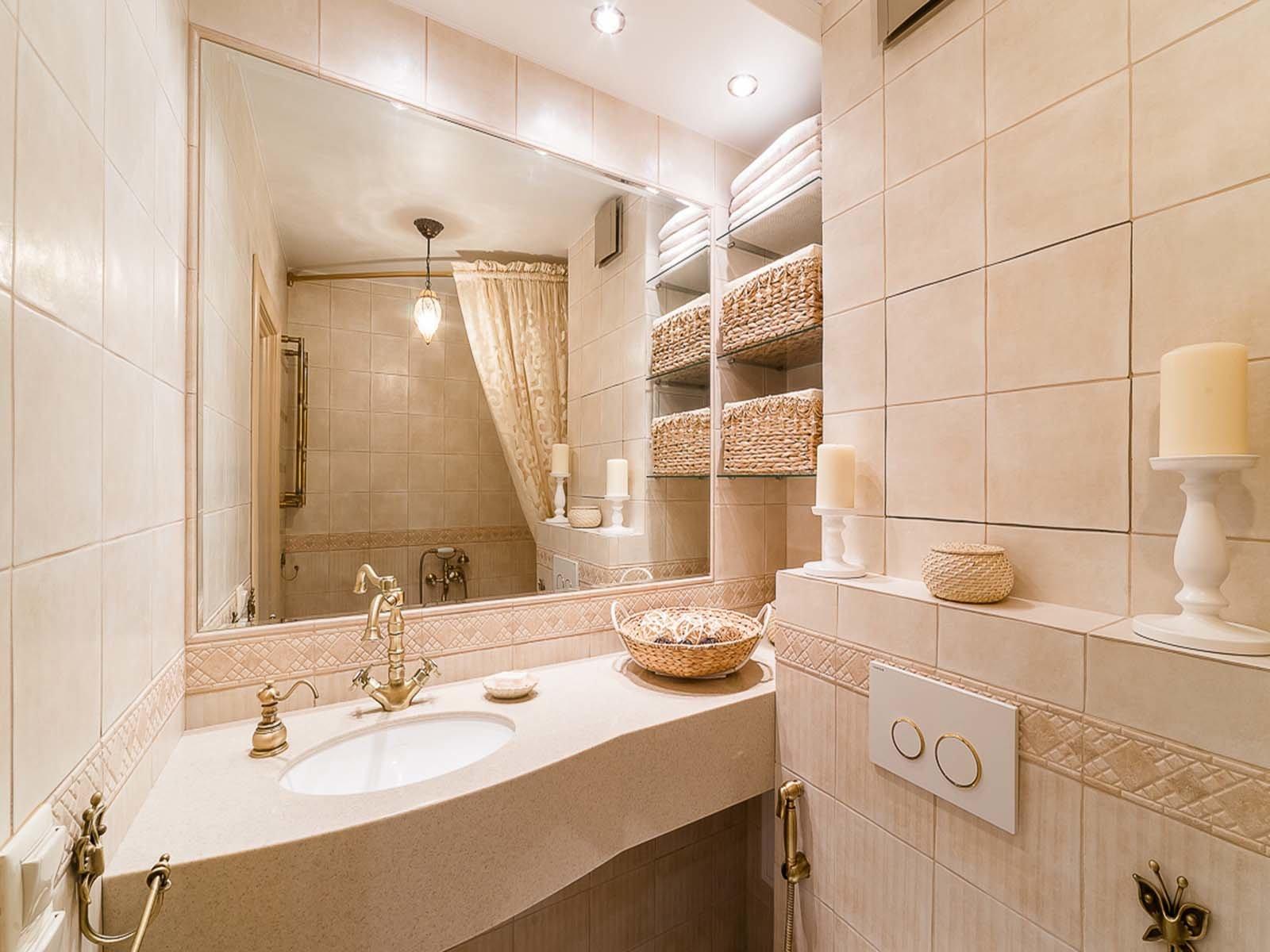 Светлые и теплые тона в ванной комнате